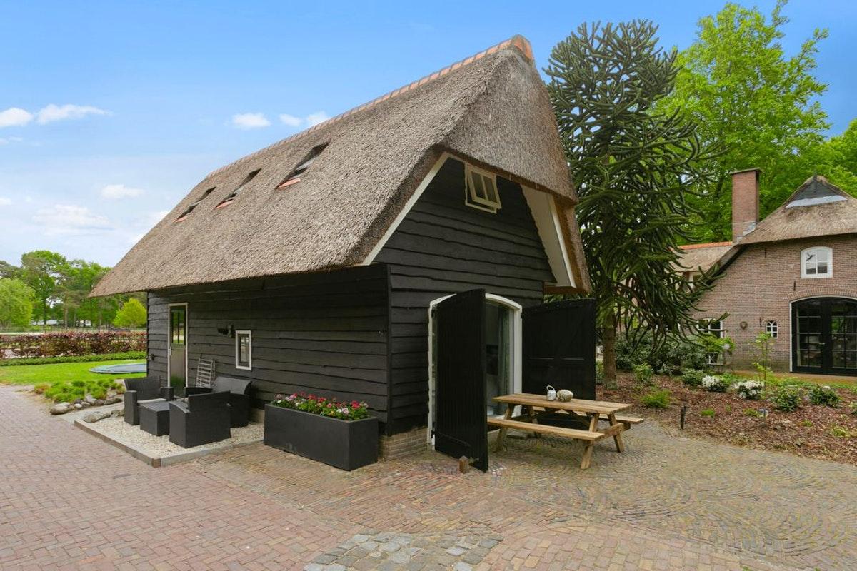 Antonia Woudstee zijaanzicht luxe hoeve vakantiewoning op de Veluwe
