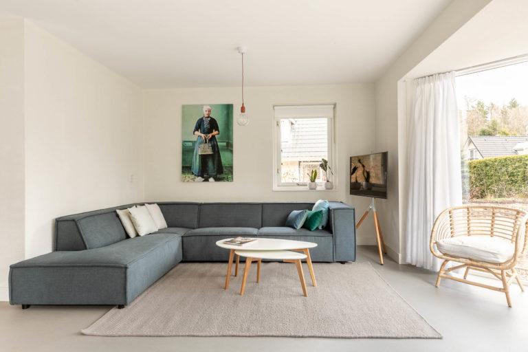 Woudstee cornelia woonkamer met bank en televisie