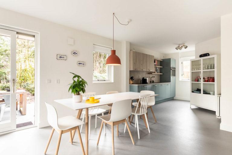 Woudstee Cornelia woonkamer met open keuken en eettafel