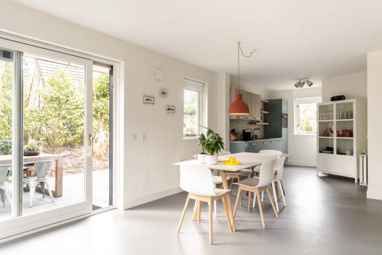 Woudstee Cornelia woonkamer met open keuken Hay eettafel en schuifdeur naar buiten