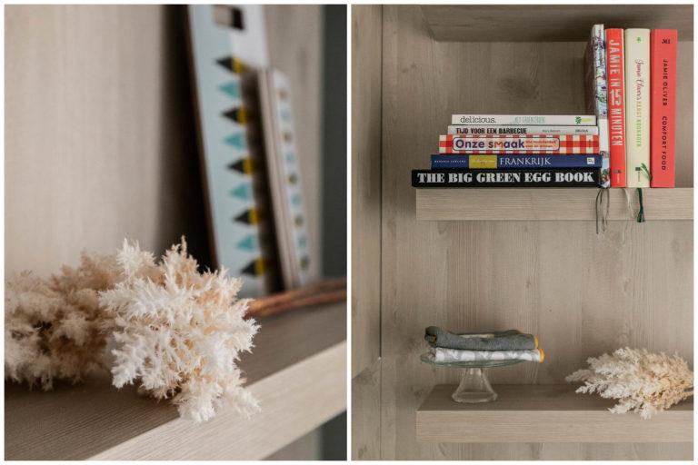Woudstee Cornelia woonkamer met open keuken en kookboeken