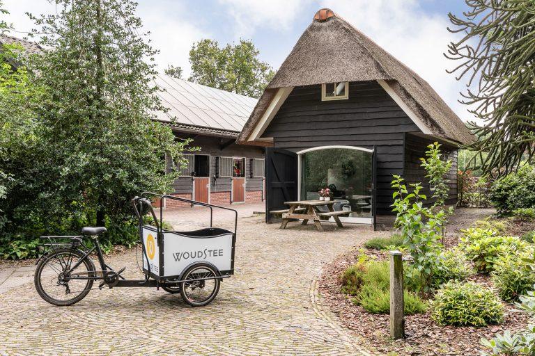 Antonia-tuin-met-picknicktafel-en-bakfiets-bij-Woudstee