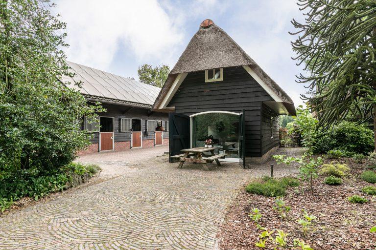 Antonia buitenkant huis met oprit en picknicktafel bij Woudstee