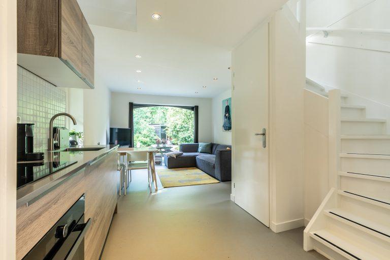 Antonia open keuken met trap naar boven bij Woudstee