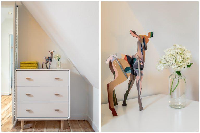 Antonia slaapkamer met kast, hertenbeeld en vaas bij Woudstee