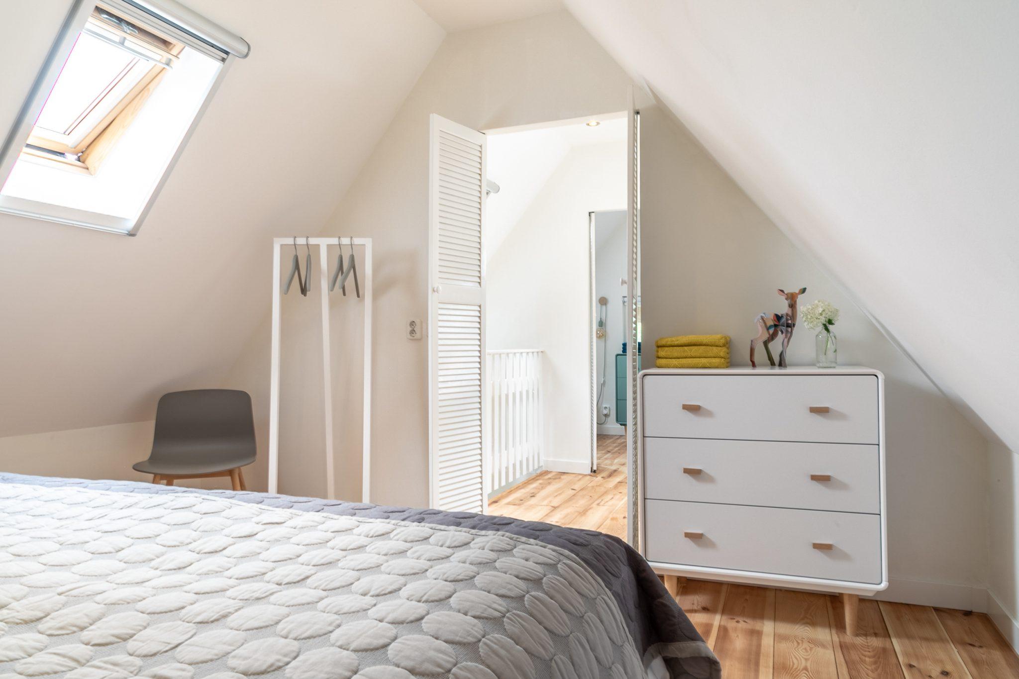 Antonia slaapkamer met kledingrek en kast bij Woudstee