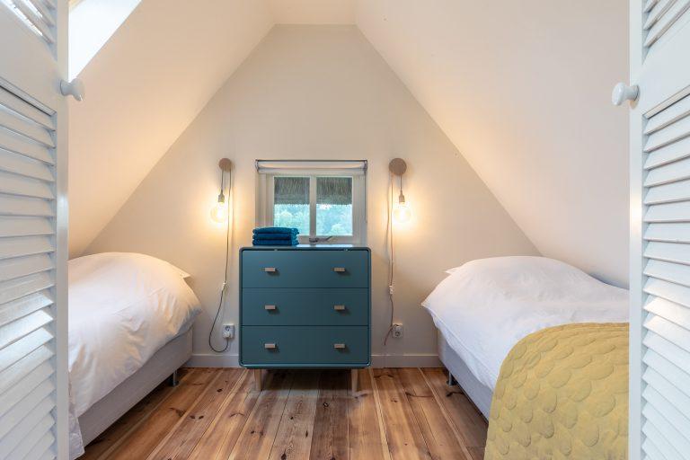 Antonia slaapkamer met twee bedden en design kast uitzicht vanaf de gang bij Woudstee