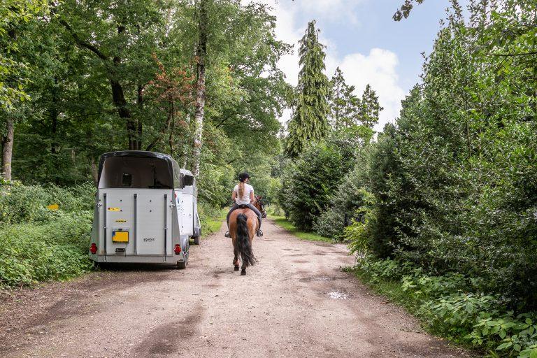 Antonia weg langs huis met ruiter op paard bij Woudstee