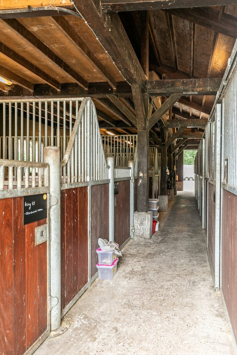 Binnenkant paardenstal Antonia bij Woudstee
