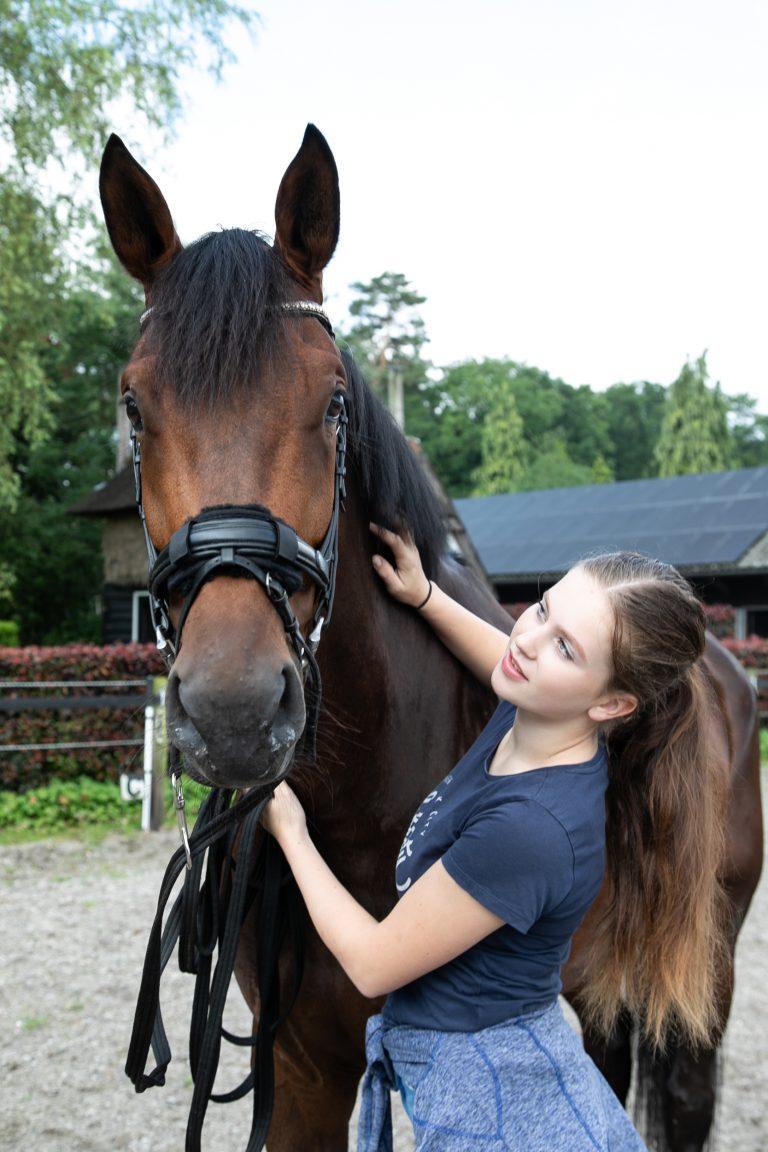 Meisje met paard bij Antonia Woudstee