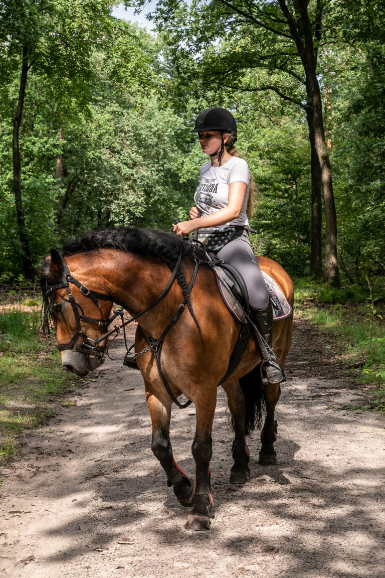 Meisje op paard in de omgeving van Antonia Woudstee