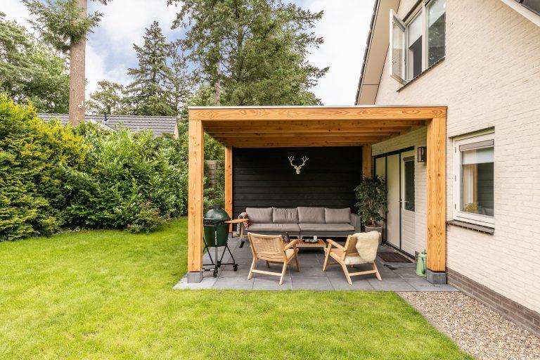 Overdekt terras in de tuin met loungeset van Cornelia bij Woudstee